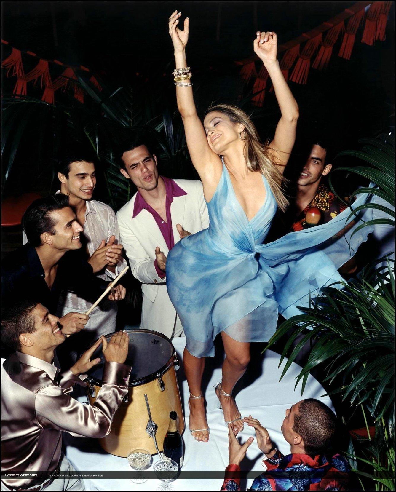 Танцуют в прозрачных платьях 4 фотография