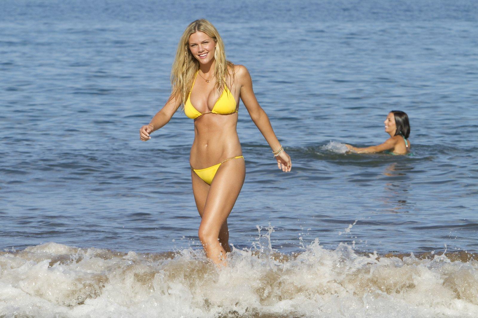 Смотреть девочек на пляже онлайн 5 фотография