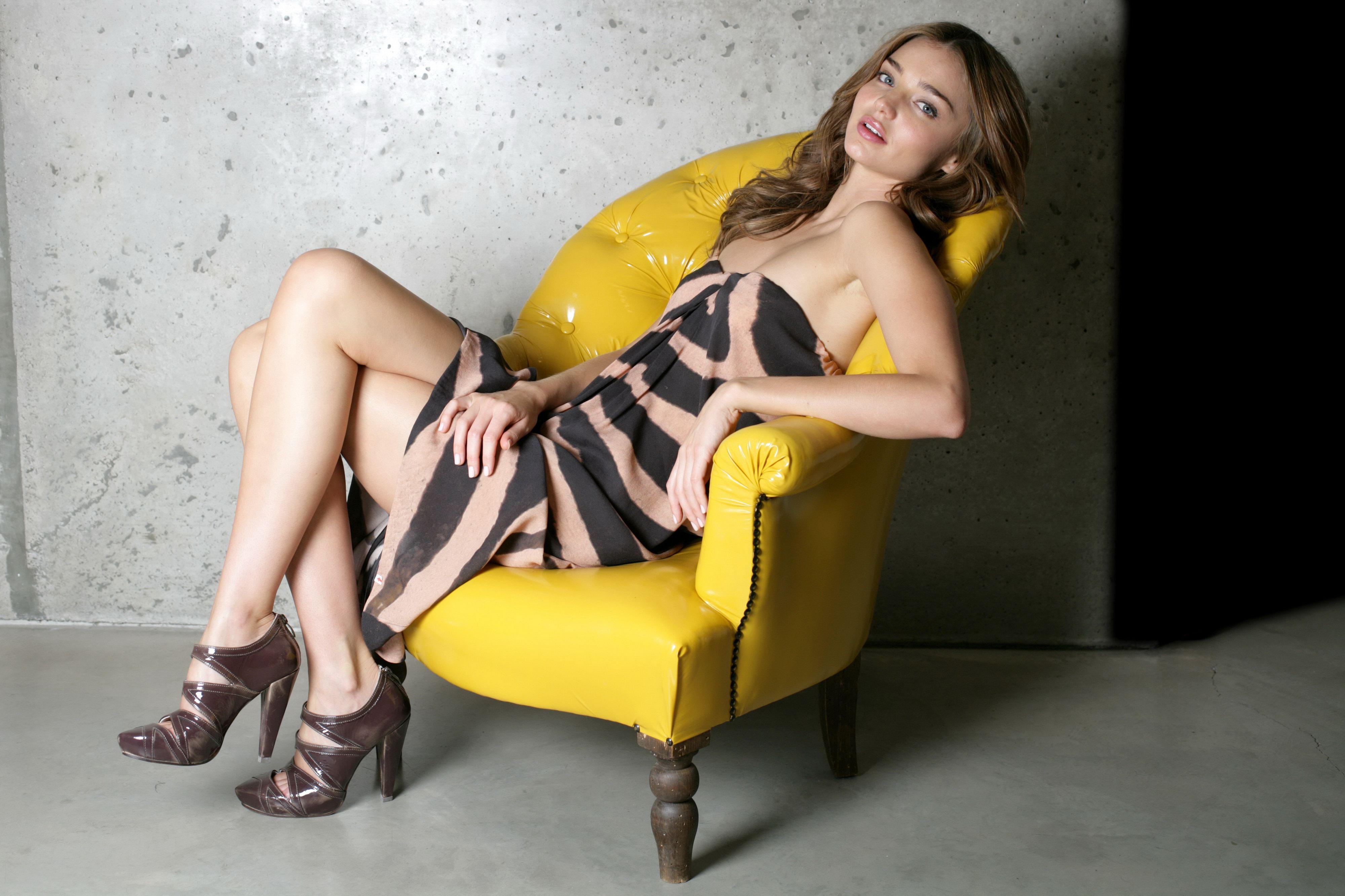 Фото девушек в креслах 1 фотография