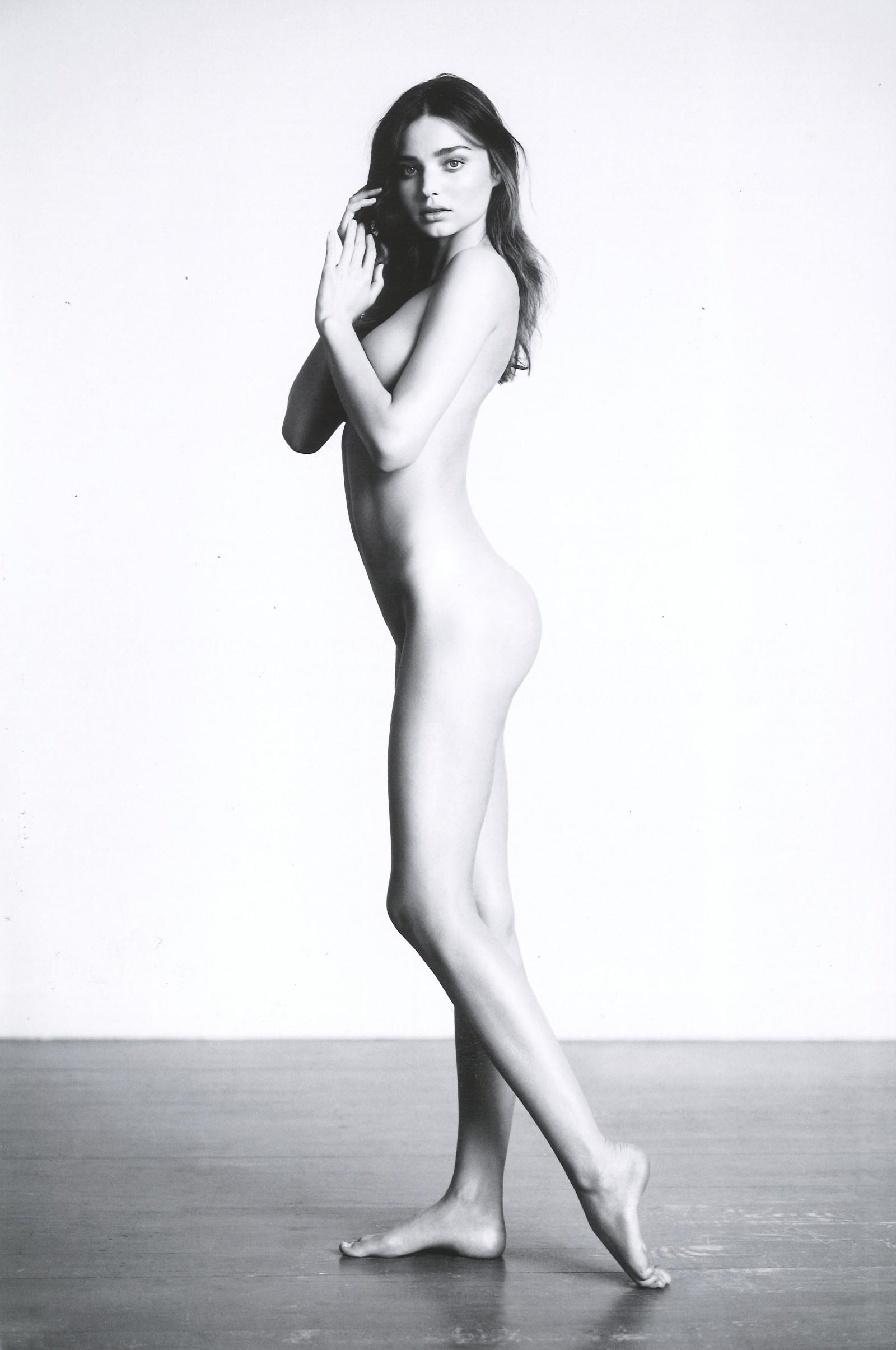 Фотомодель голая на людях 4 фотография