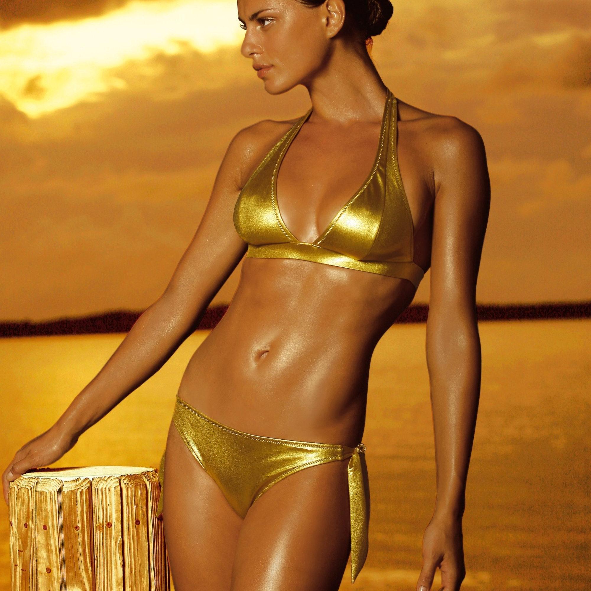Фото в золотом купальнике 11 фотография