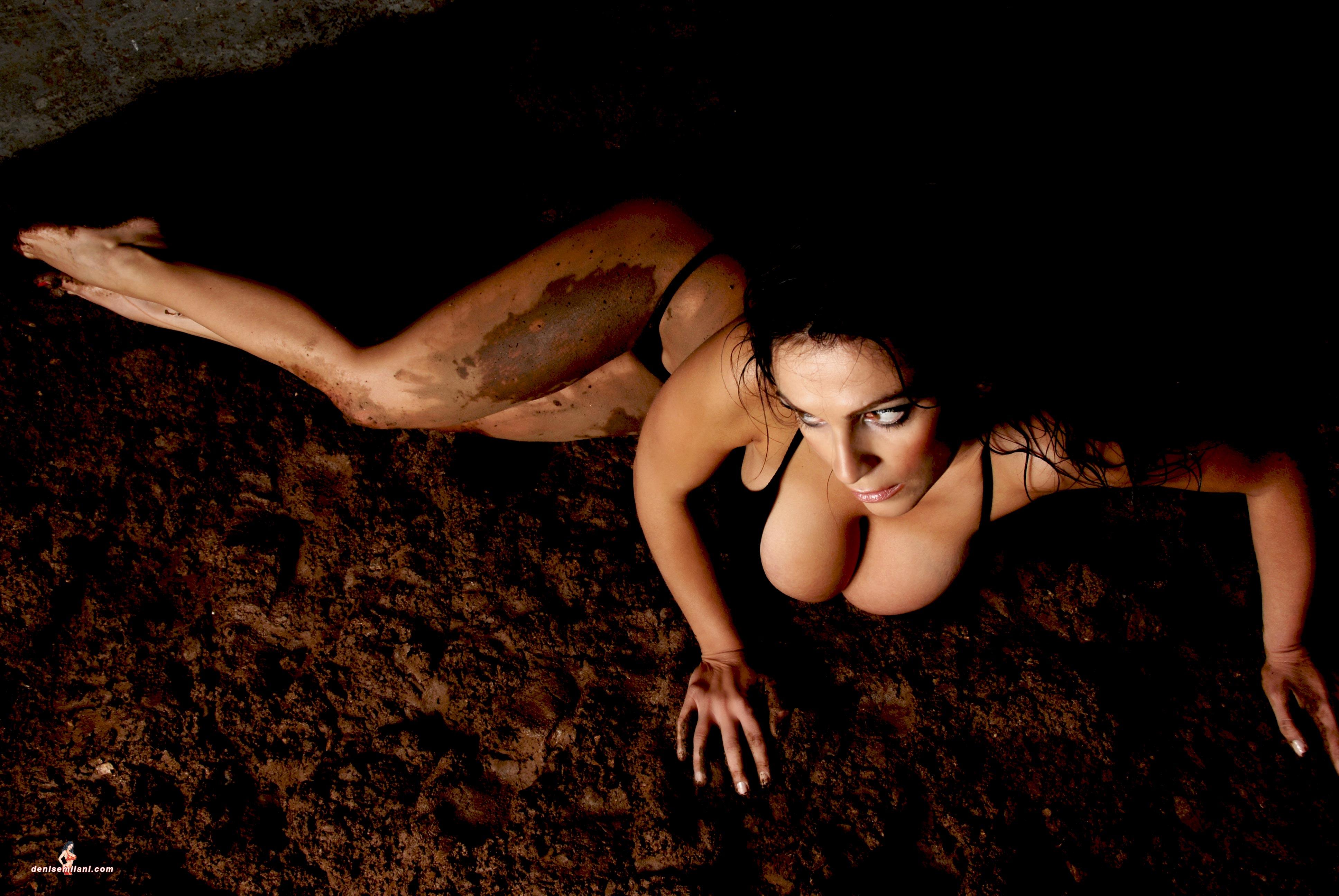 Фото девочка голая в грязи 4 фотография