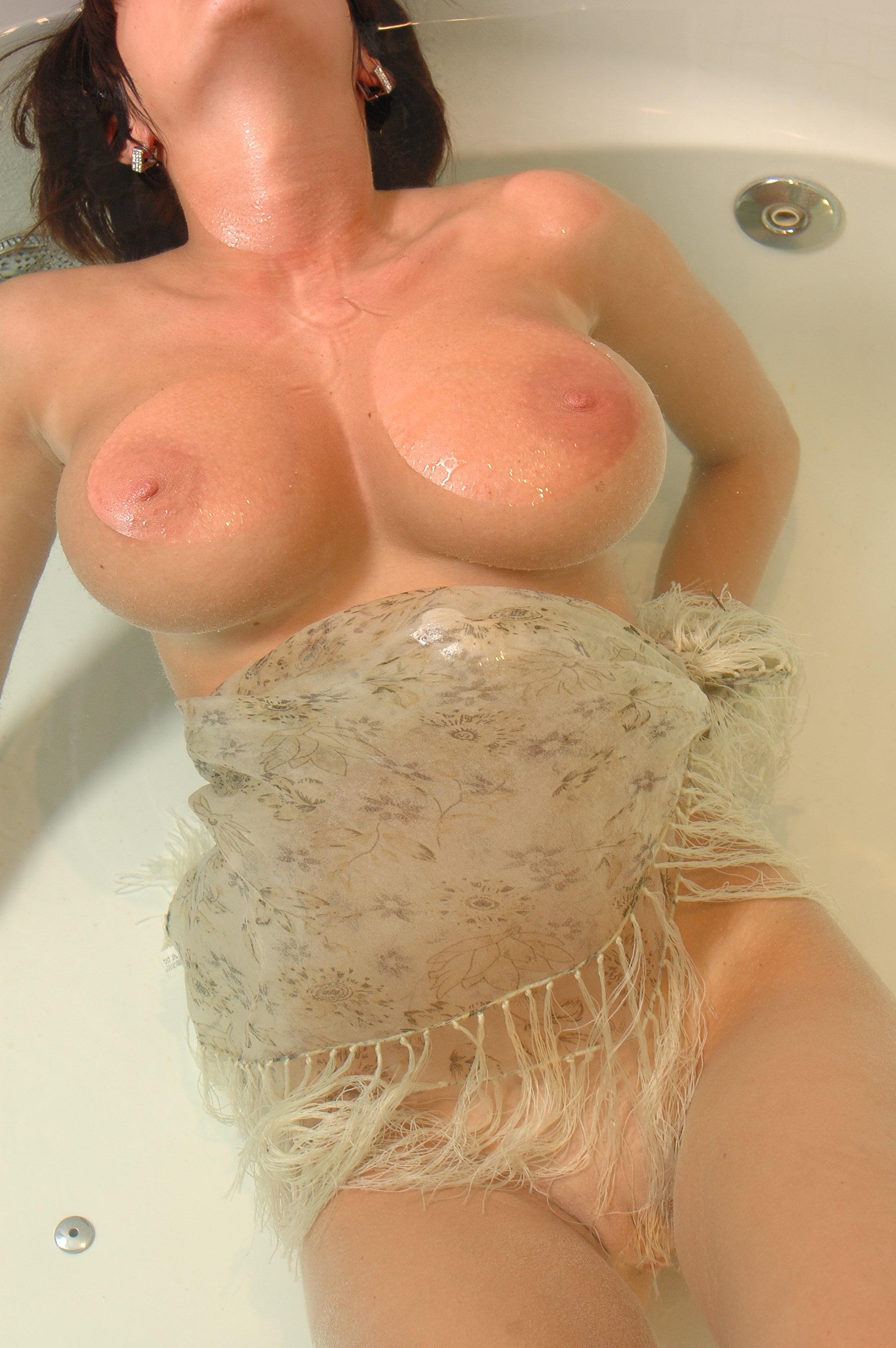 Секс в ванне с большегрудой 21 фотография