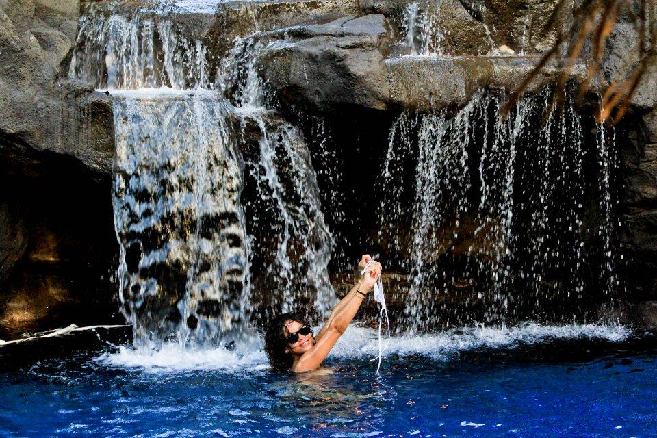 голые подружки у водопада фото