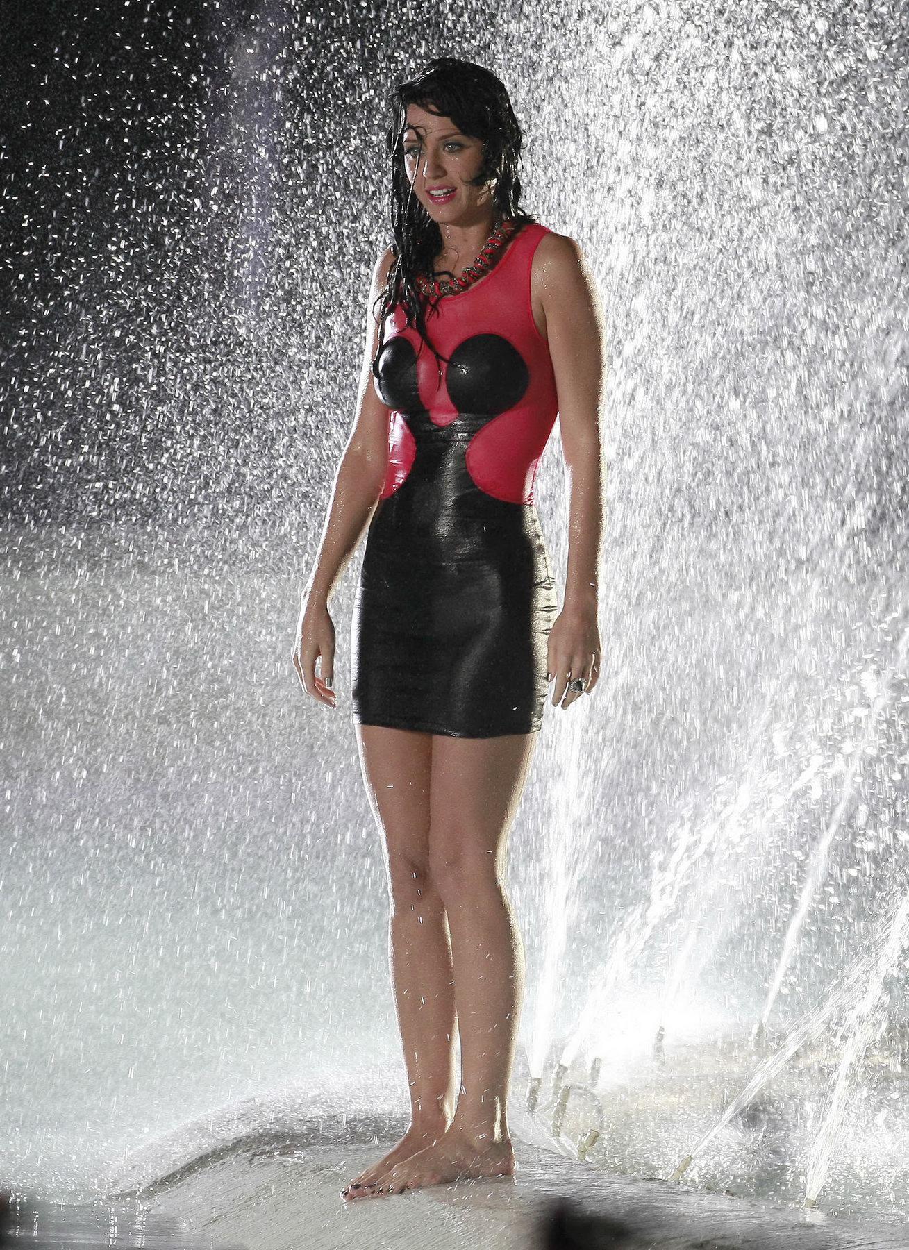 Фото брюнеток в одежде мокрой 12 фотография